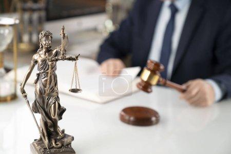 Photo pour Fond d'avocat de concept. Juriste à l'office. Gavel, statue de Thémis et livre juridique sur la table en verre blanc. - image libre de droit