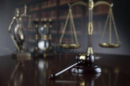 Photo pour Concept de justice. Statue à thème, marteau du juge et échelle de justice sur fond gris . - image libre de droit