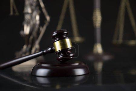 Photo pour Thème droit et justice. Gavel du juge, statue de Themis et l'échelle sur le fond foncé. - image libre de droit