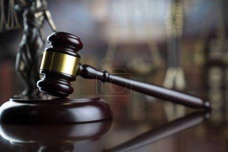 Photo pour Droit et justice. Le président du juge, la statue de Themis et la balance à la bibliothèque du tribunal Contexte. - image libre de droit
