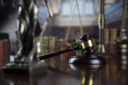Photo pour Thème du droit. Statue thémique, marteau du juge et échelle de la justice à la bibliothèque de la faculté de droit. - image libre de droit