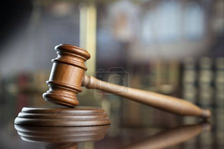 Photo pour Thème du droit. Juge marteau à la bibliothèque de la faculté de droit. - image libre de droit