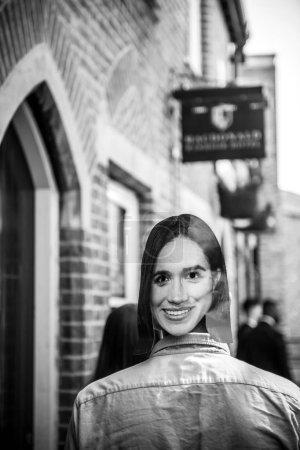 Foto de Windsor, Berkshire, Reino Unido - 19 de mayo de 2018: Hombre que lleva con máscara de Meghan Marke caminando en la calle Windsor para asistir a la celebración de matrimonio de boda real del príncipe Harry y Meghan Markle - Imagen libre de derechos