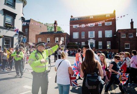 Foto de Windsor, Reino Unido - 19 de mayo de 2018: cumplen policías dirigiendo el tráfico de personas para celebración de matrimonio de boda real de príncipe Harry, duque de Sussex y la duquesa de Sussex Meghan Markle - Imagen libre de derechos