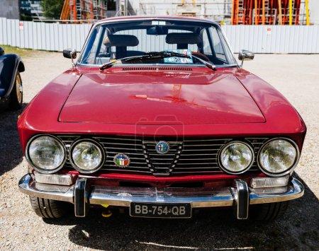 Красивый роскошный старинный автомобиль красный