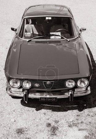 Красивый роскошный старинный автомобиль Альфа