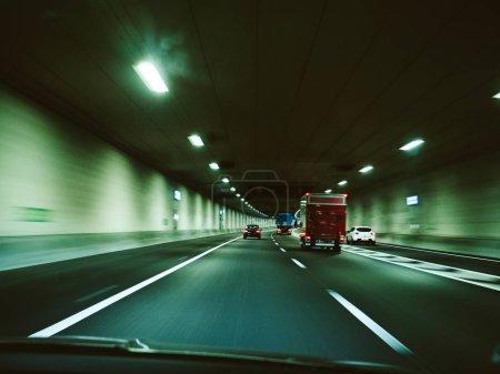 Foto de Vista desenfocada de la conducción rápida de automóviles en los Países Bajos túnel iluminado cerca de Amsterdam El modo de fundición verde de La Haya - Imagen libre de derechos