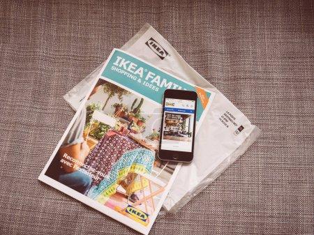 Photo pour Paris, France - 3 mai 2017: Ikea Family Shopping et idées catalogue mensuel envoyé par la poste et site Web d'Ikea a ouvert au téléphone smartphone pour commander des produits nouveaux en ligne - image libre de droit
