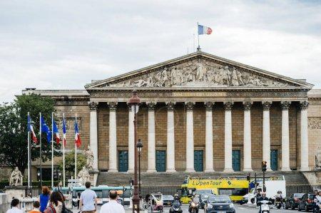 Photo pour Paris, France - 21 mai 2016: Piétons sur le Pont de la Concorde avec l'Assemblee Nationale l'Assemblée nationale en arrière-plan - bâtiment gouvernemental à Paris - image libre de droit