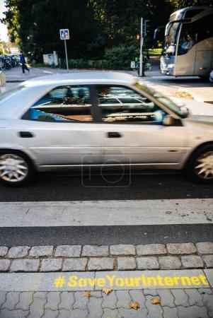 Foto de Estrasburgo, Francia - 12 de Sep, 2018: Coches en la calle con el graffiti de protesta - UE vota para aprobar la polémica Ley de derechos de autor que podría prohibir los memes y destruir internet - calle Estrasburgo - Imagen libre de derechos