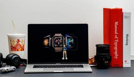 Photo pour Londres, Royaume-Uni - 13 septembre 2018 : Le site Internet d'Apple Computers sur MacBook Retina 2018 de 15 pouces dans l'environnement de la chambre présente Keynote dans Cupertino Tim Cook et Apple Watch série 4 - image libre de droit