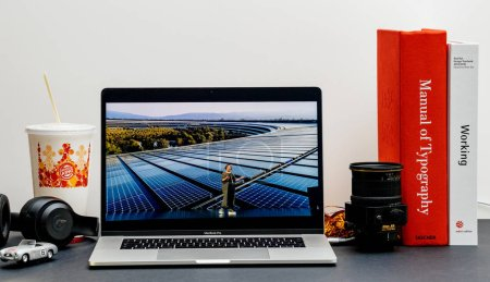 Photo pour Londres - 13 septembre 2018 : Apple Computers site Internet sur MacBook Retina 15 pouces 2018 dans l'environnement de la chambre mettant en vedette Lisa Jackson sur scène pour parler de l'écologie des nouveaux iphones - image libre de droit