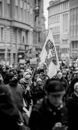 Photo pour Strasbourg, France - 22 mars 2018: Confédération générale de la Cgt des travailleurs du travail avec la plaque-étiquette à la démonstration protester contre chaîne Gouvernement Français Macron de réformes - noir et blancs - image libre de droit