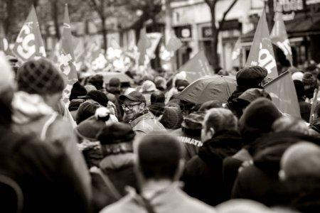 Photo pour Strasbourg, France - 22 mars 2018: Vue arrière de la foule des manifestants lors de la Confédération générale de la Cgt des travailleurs du travail avec la plaque-étiquette à la protestation de démonstration dans la chaîne de gouvernement Français Macron de - image libre de droit