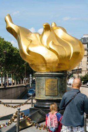Photo pour Paris, France - 21 mai 2016: Monument de la flamme de la liberté offre à la population de la France par les donateurs dans le monde entier comme un symbole de l'amitié franco-américaine - famille admirant - image libre de droit
