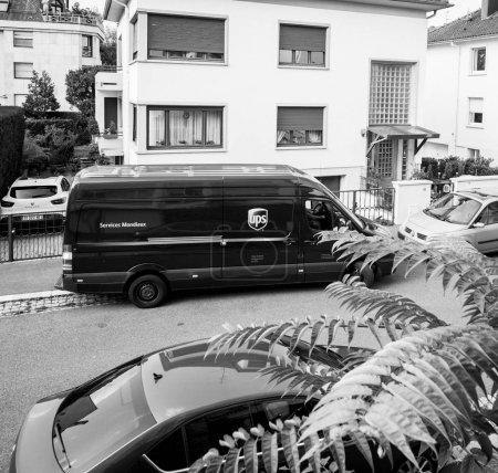 Foto de París, Francia - 24 de agosto de 2017: Ups United Parcel Service marrón furgón con parcela de cartón en las manos entregando el tiempo de entrega paquete paquete elevado ver - Imagen libre de derechos