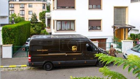 Foto de París, Francia - 24 de agosto de 2017: Mensajero a pie furgoneta marrón Ups United Parcel Service - Imagen libre de derechos