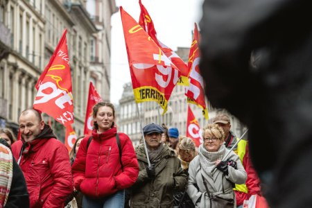 Photo pour Strasbourg, France - 22 mars 2018: Cgt Confédération générale des travailleurs du travail avec la plaque-étiquette à la démonstration protester contre chaîne Gouvernement Français Macron de réformes - aînés devant la première rangée - image libre de droit