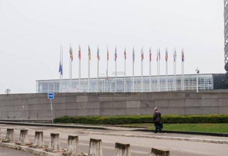 Photo pour Strasbourg, France - 11 décembre 2018: Vue latérale de l'Union européenne et d'un drapeau Français vole en Berne devant le Parlement européen suite à une attaque dans le centre de Strasbourg au cours du marché de Noël - image libre de droit