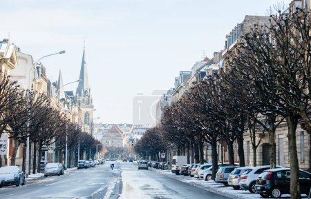 Photo pour Strasbourg, France - 18 décembre 2018: Vue en Perspective du boulevard de Avenue de la Foret-Noire recouverte de neige et les voitures garées dans la rue - image libre de droit