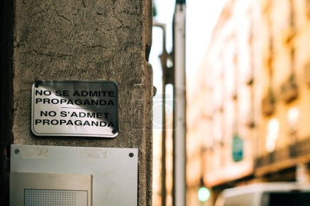 Photo pour No se admite propaganda no sadmet propaganda no advertising sign on the old facade of a building in central Barcelona Espagne - image libre de droit