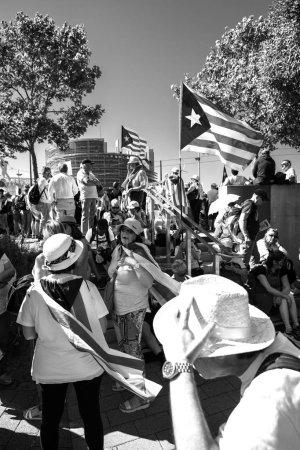 Photo pour Strasbourg, France - 2 juillet 2019: Pople senior se reposant à l'ombre avec des drapeaux séparatistes catalans Estelada à la manifestation devant le Parlement contre l'exclusion des députés élus catalans - noir et blanc - image libre de droit