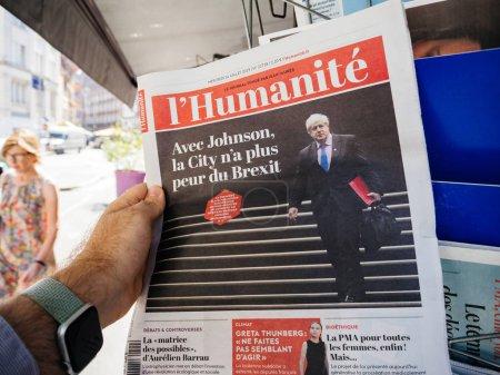 Photo pour Paris, France - 24 juillet 2019: Boris Johnson fait la une du journal Français lhumanite après avoir été élu nouveau chef conservateur devenu Premier ministre du Royaume-Uni - image libre de droit
