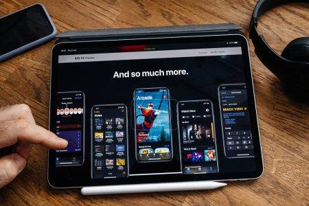 Photo pour Paris, France - 6 juin 2019 : Un homme lit sur une tablette Apple iPad Pro la dernière annonce de la conférence des développeurs Apple Worldwide montrant les applications iOS 13 et bien plus encore - image libre de droit