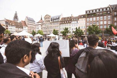 Photo pour Strasbourg, France - 18 mai 2019 : Des foules de partisans tamouls occupent la place centrale pour protester contre les allégations de violations des droits humains génocide par le gouvernement sri-lankais - image libre de droit
