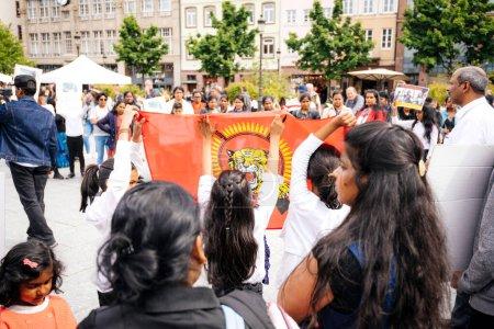 Photo pour Strasbourg, France - 18 mai 2019 : Des filles tenant des drapeaux Des partisans tamouls sur la place du peuple pour protester contre les allégations de violations des droits humains génocide par le gouvernement sri-lankais - image libre de droit