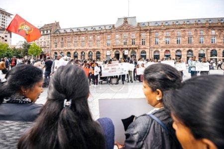 Photo pour Strasbourg, France - 18 mai 2019 : Des partisans tamouls occupent la place centrale Kelber pour protester contre les allégations de génocide par le gouvernement sri-lankais de violations des droits humains - image libre de droit