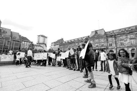 Photo pour Strasbourg, France - 18 mai 2019 : Des partisans tamouls occupent la place centrale Kelber pour protester contre les allégations de génocide par le gouvernement sri-lankais - image en noir et blanc - image libre de droit