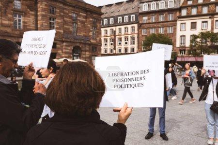 Photo pour Strasbourg, France - 18 mai 2019 : Plaque des prisonniers politiques libres pour protester contre les violations présumées des droits humains génocide par le gouvernement sri-lankais - image libre de droit