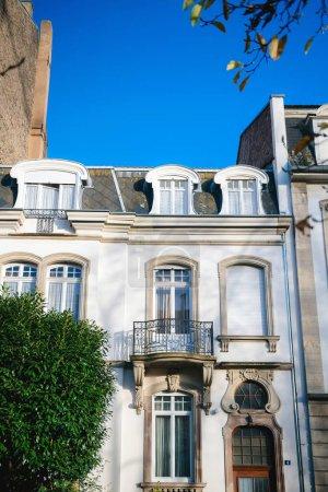 Photo pour Beau balcon et fenêtre en bois porte décorée avec ciel bleu clair en arrière-plan - immobilier en France - image libre de droit