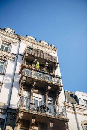 Photo pour Beau balcon français vue faible angle luxe Immobilier avec ciel bleu clair en arrière-plan - ville française - image libre de droit