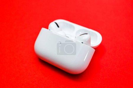 Photo pour Paris, France - 30 oct. 2019 : Gros plan macro des nouveaux écouteurs Apple Computers AirPods Pro avec annulation active du bruit pour un son immersif dans le boîtier de recharge sans fil - vue latérale - image libre de droit