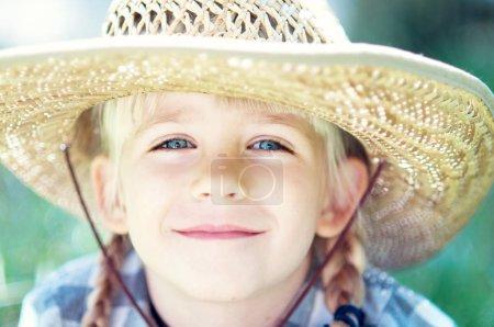 Photo pour Fille de cow-boy. petite fille en costume de cow-boy au ranch - image libre de droit