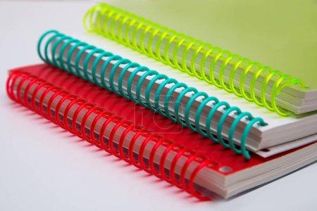 Beaux tampons multicolores lumineux sur un fond blanc. Fournitures scolaires et de bureau. Objets de créativité .