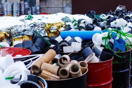Photo pour Conserves avec ordures dans une rue de la ville - image libre de droit