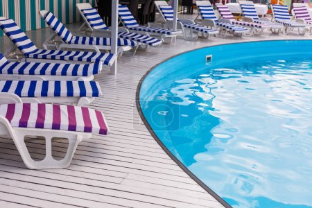 Photo pour Vides transats au bord de la piscine, le concept de vacances - image libre de droit