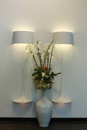 Photo pour Fleurs sur table et lampes - image libre de droit