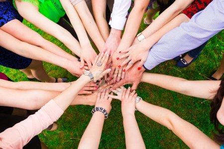 Photo pour Amis mettre leurs mains ensemble dans un signe d'unité et de travail d'équipe - image libre de droit