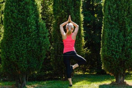 Photo pour Belle jeune femme attrayante faisant de l'exercice dans le parc. L'heure d'été. Concept de santé. Concept de fitness . - image libre de droit