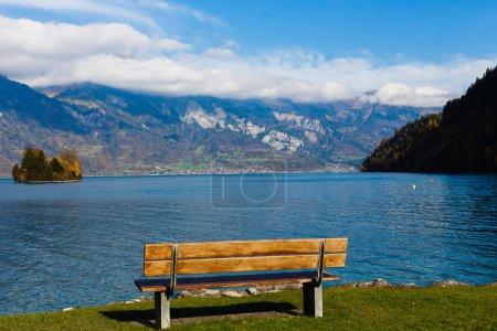 Photo pour Lac d'automne sur fond de montagne à Interlaken, Suisse - image libre de droit