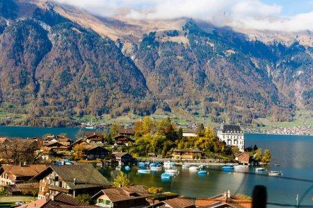 Photo pour Lac d'Interlaken en automne, Suisse - image libre de droit