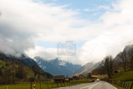 Photo pour Vue scénique de route par des montagnes d'automne dans le jour nuageux - image libre de droit