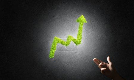 Foto de Cierre de la mano del hombre de negocios y gráfico de crecimiento verde como símbolo de progreso e ingresos - Imagen libre de derechos