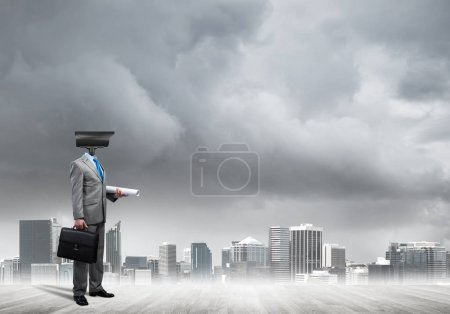 Photo pour Homme d'affaires sans visage avec zoom caméra au lieu de la tête sur fond de paysage urbain - image libre de droit