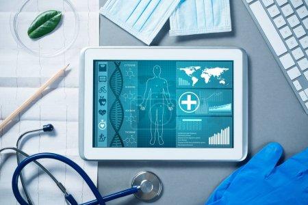 Photo pour Tablette blanche pc et outils de médecin sur la surface grise - image libre de droit