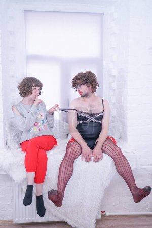 Photo pour Jeune couple hipster amoureux. Concept alternatif de plaisir et d'interaction avec les nouvelles tendances. Véritable amour entre maîtresse femme et esclave homme . - image libre de droit